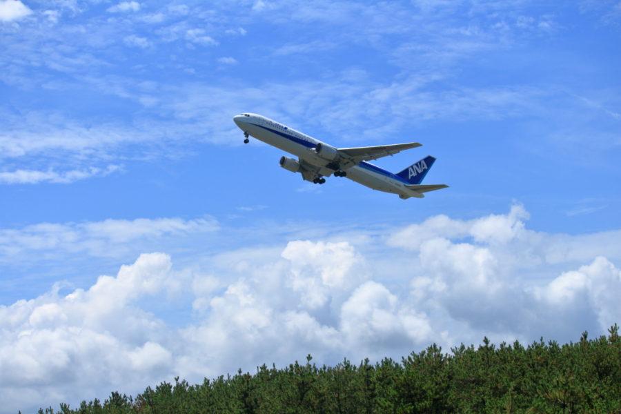 宮崎空港を東に向けて離陸するB767ANA機