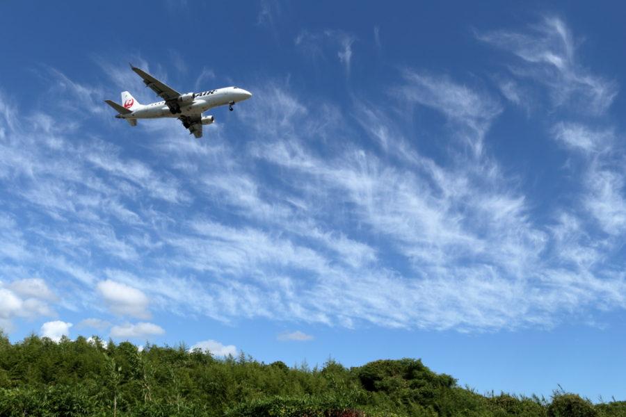 気持ちいい空のもと宮崎空港に向かうJAL飛行機