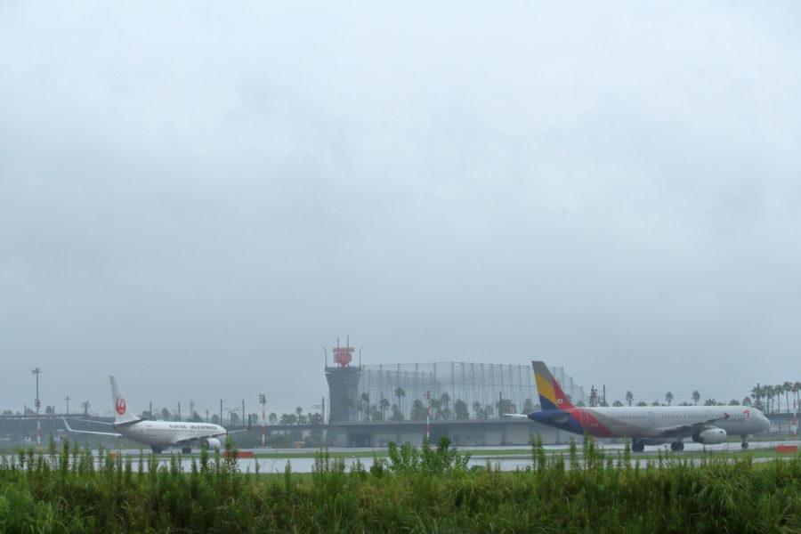宮崎空港に到着した飛行機は雷の影響で誘導路に待機していた。
