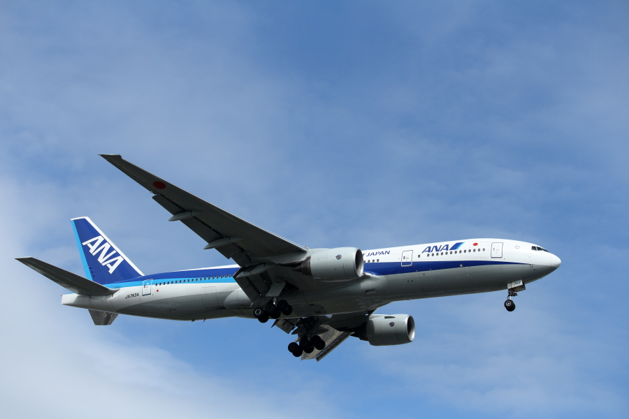 宮崎空港に着陸するB777トリプルセブン飛行機