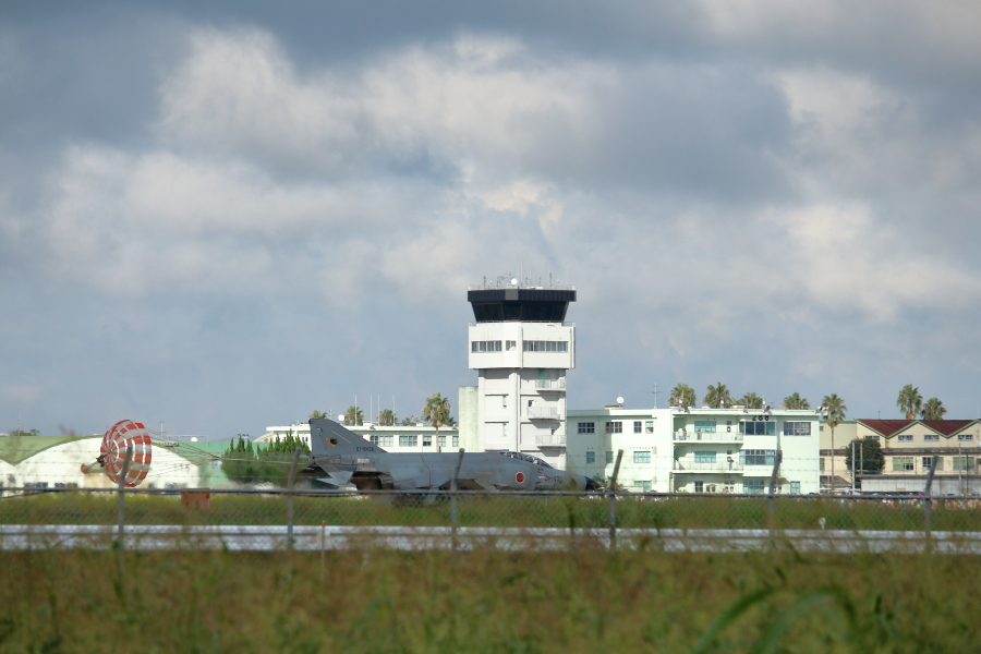新田原基地最後のデモフライトを行い4機すべて無事に着陸した。F-4EJ改ファントム