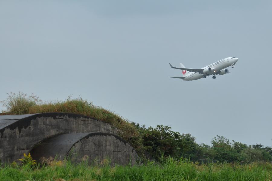 宮崎空港そばにある掩体壕とツルマル飛行機