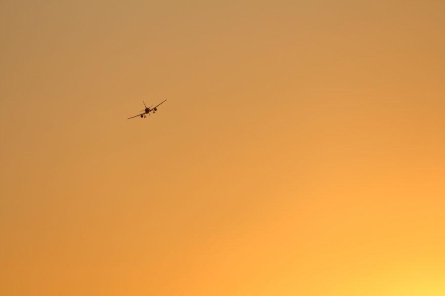 夕焼け空のなか宮崎空港に向かう飛行機
