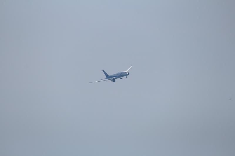宮医大上空のB787飛行機