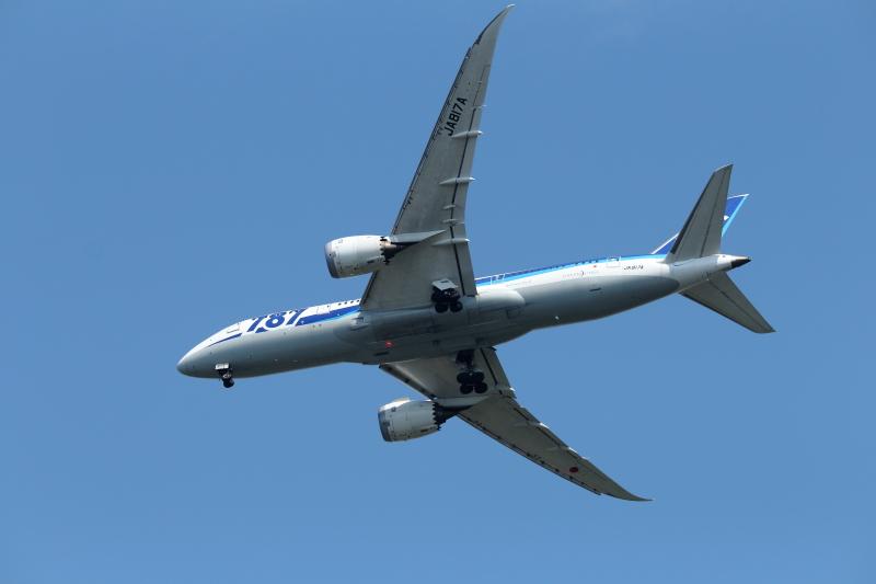 宮崎空港に向けて着陸態勢をとるB787飛行機