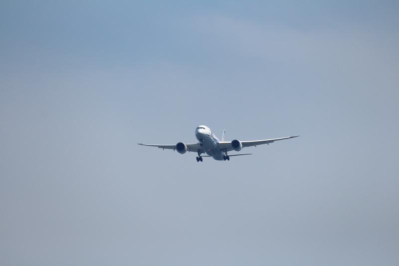 清武市街地上空を飛行するB787飛行機