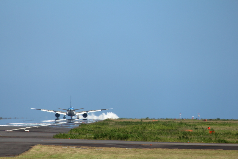 宮崎にやって来たB787を歓迎するような白波