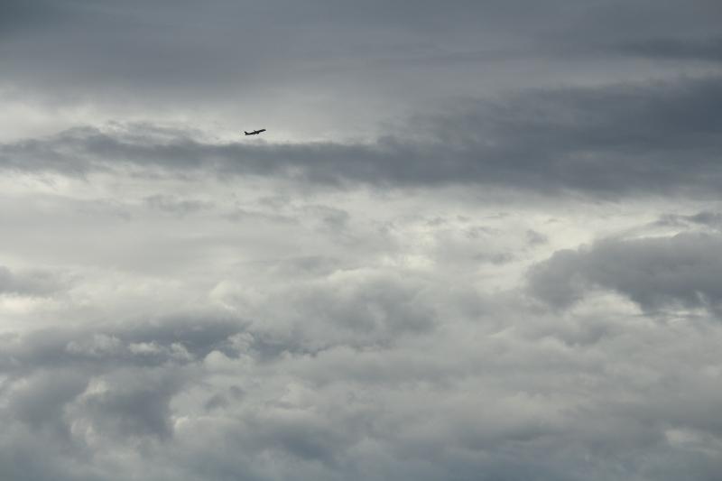 パッとしない宮崎空港の空。台風の影響だろうかどんよりの空が続く
