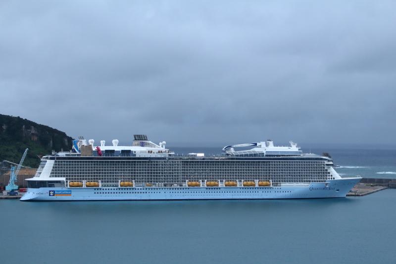 油津港に停泊しているクルーズ船クァンタム・オブ・ザ・シーズ