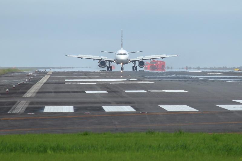 宮崎空港にエマージェンシーで緊急着陸した飛行機写真