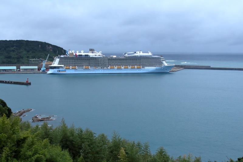 日南市油津港に停泊中の豪華客船クワンタムオブザシー