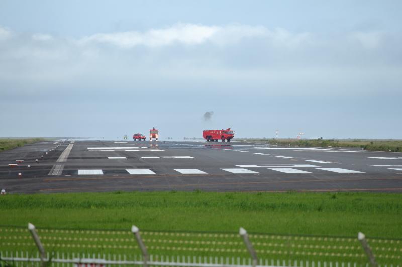 宮崎空港に緊急着陸したエアバス機の後をついていく宮崎空港事務所の消防車両の写真