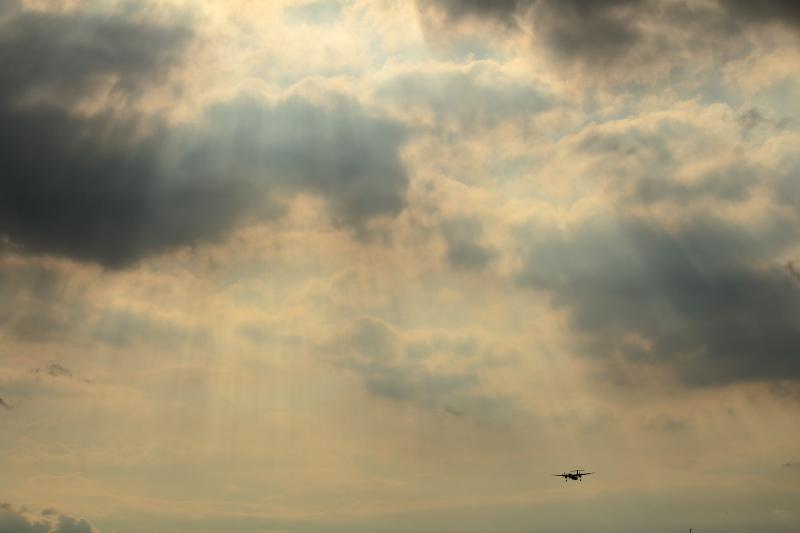 宮崎空港西に光芒が出現、飛行機を絡めた写真