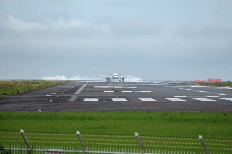 宮崎空港に緊急着陸したエアバスA320飛行機写真
