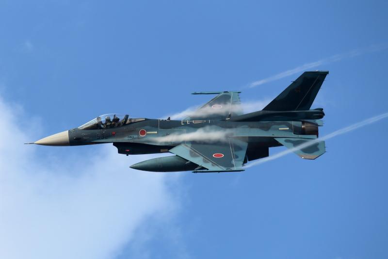 新田原基地エアフェスタ前に訓練するF-2戦闘飛行機写真