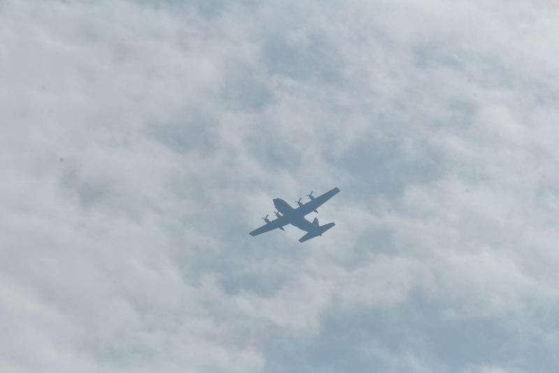 新田原基地上空を旋回していくC-130輸送機