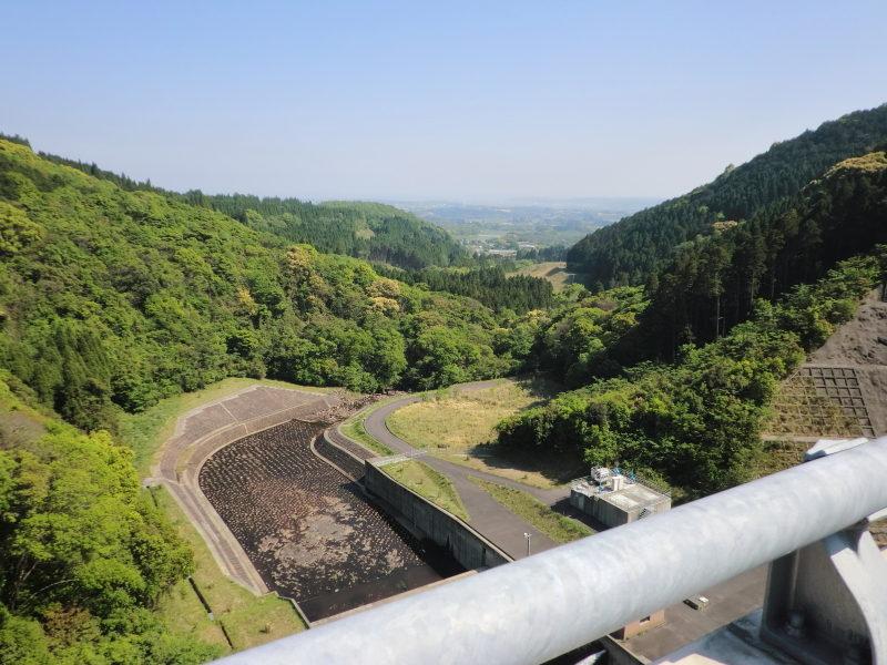 川南町にある切原ダムは国道10号線から遠くに見えて簡単に行けそうな場所だ。
