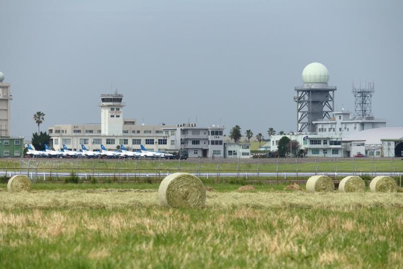 新田原基地に整列しているブルーインパルス機