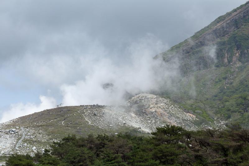 噴煙は多いが穏やかに見える硫黄山