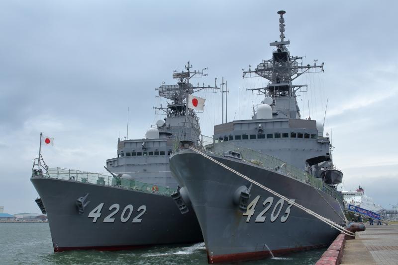 宮崎港に停泊中の訓練支援艦てんりゅうとくろべ