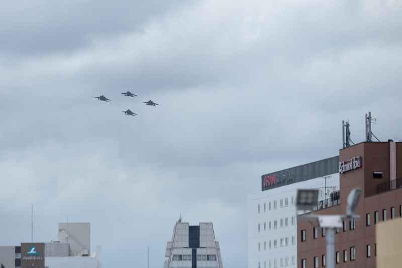 まつり宮崎オープニングフライトで高千穂通上空を飛行する新田原基地所属のF-15