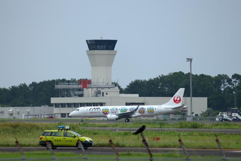 宮崎空港にやって来たJALしまじろうジェット特別塗装機