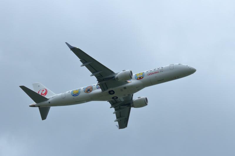 宮崎空港を離陸したJALしまじろうジェット飛行機