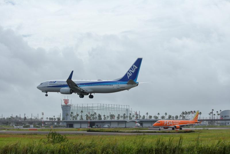着陸機を待つ富士ドリームエアライン、オレンジ色の飛行機