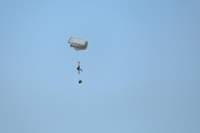 新田原基地上空ヘリから地上を目指して降下訓練が行われた