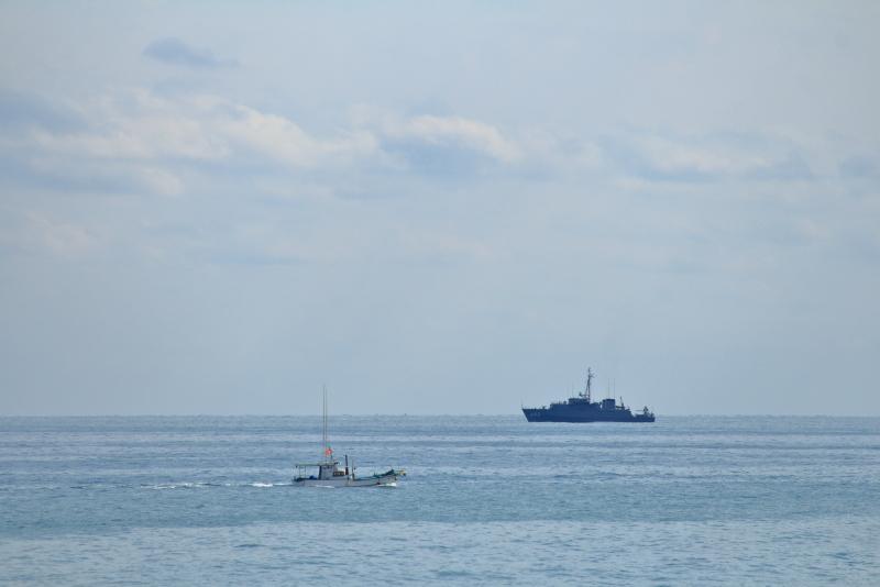 日向灘で掃海訓練を実施する海上自衛隊の艦艇