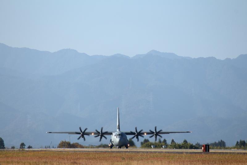 新田原基地にアメリカ軍のC-130輸送飛行機がやって来ていた。
