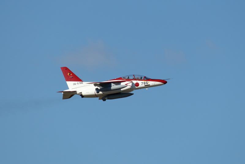 赤い塗装のT-4は新田原基地所属の飛行機