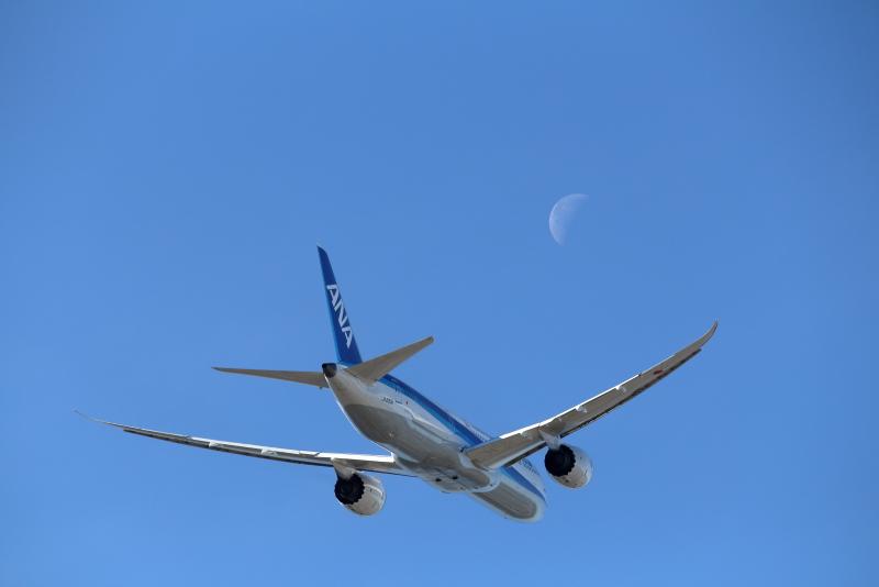 宮崎空港を離陸直後月と遭遇したB787飛行機