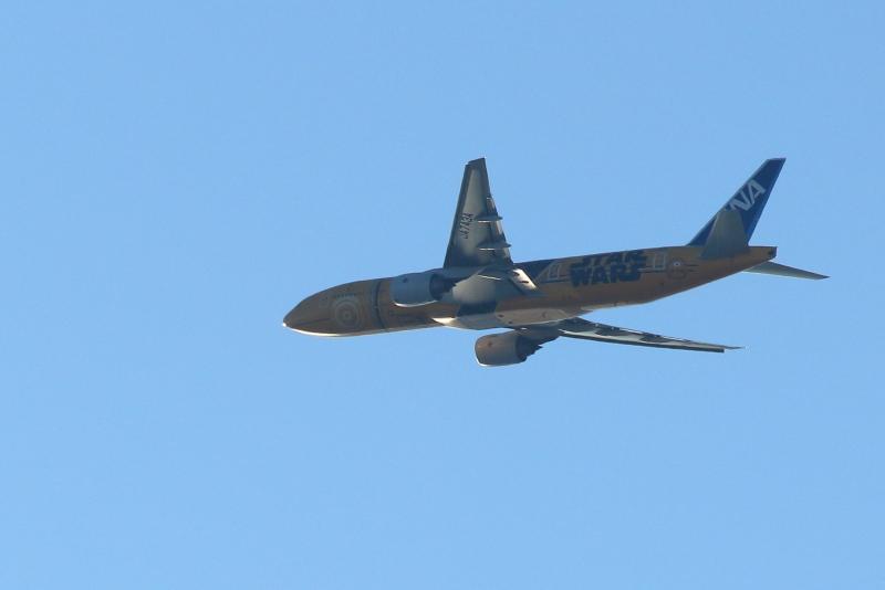 宮崎空港を離陸して東京に向かうスターウォーズ塗装のB777型飛行機写真