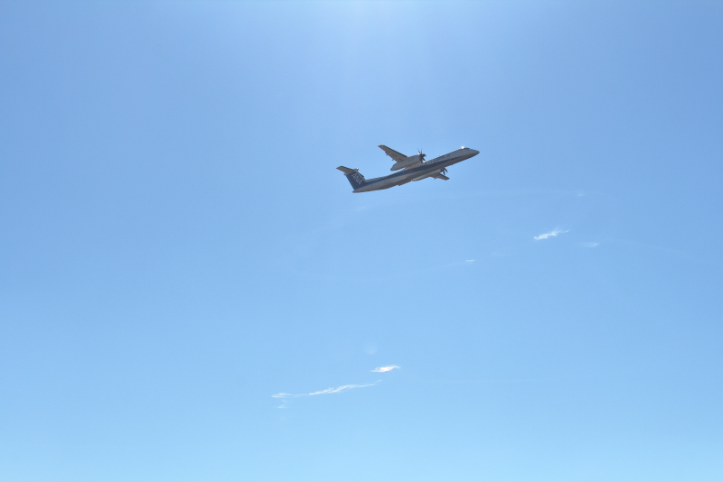 宮崎空港を離陸したボンバルディア飛行機とイプシロン4号機が残した雲とコラボ