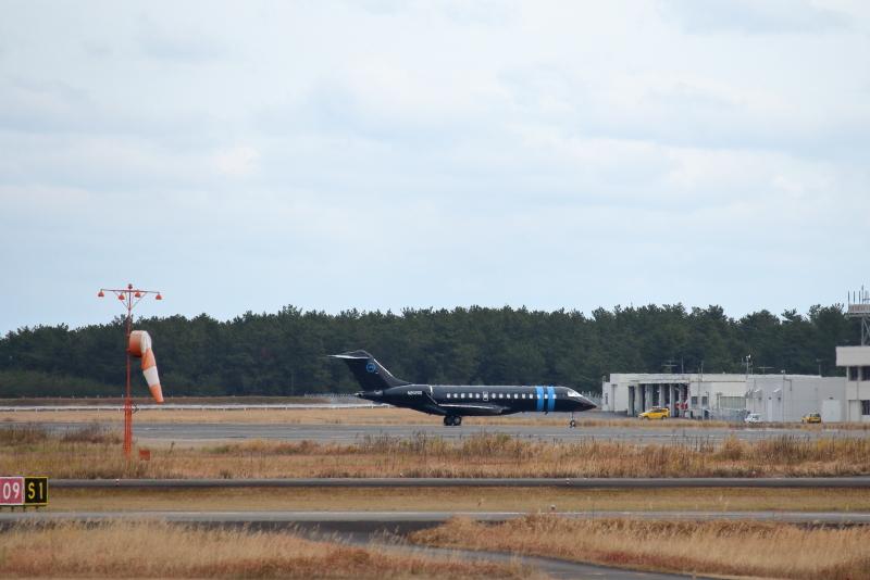 宮崎空港に駐機していた黒色のボンバルディア飛行機写真n2020q