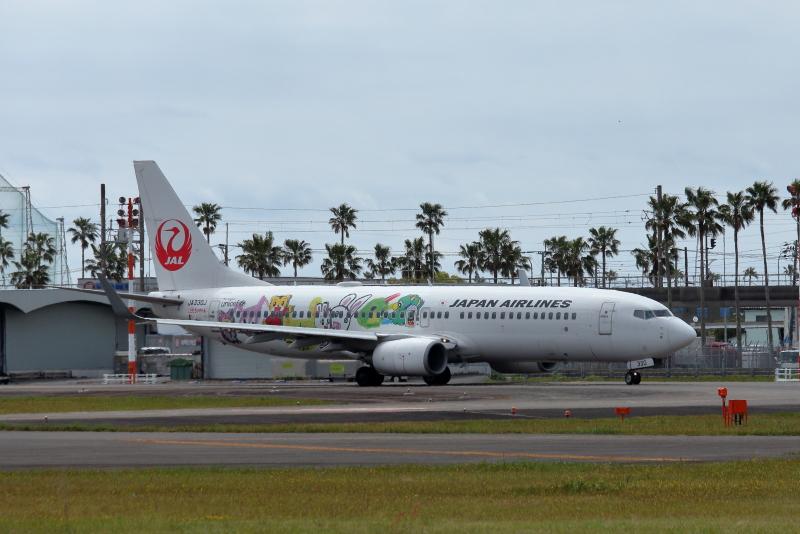 宮崎空港に来ていたJALしまじろうジェット第2弾の特別塗装の飛行機の右