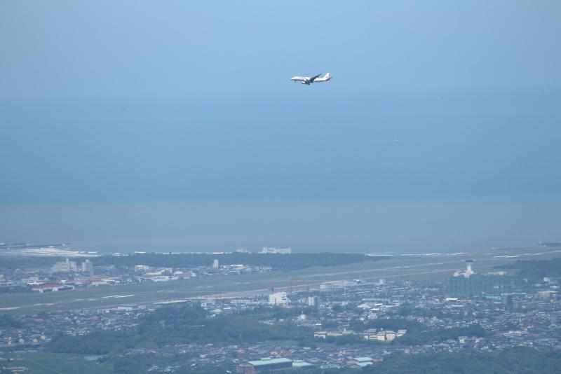 荒平山森林公園から宮崎空港に着陸しようとする飛行機が太平洋からやって来た