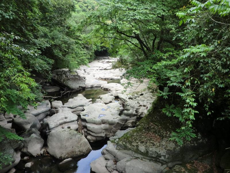 鹿児島県曽於市財部町溝ノ口川にある三連轟下流にある甌穴は200mほどを歩くことができる