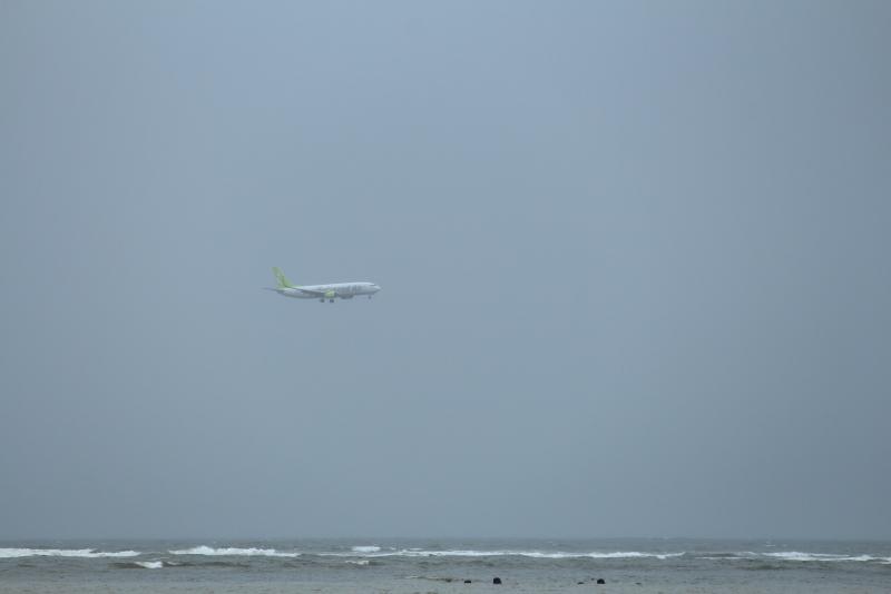 台風3号が接近する宮崎空港にトライするソラシドエア機