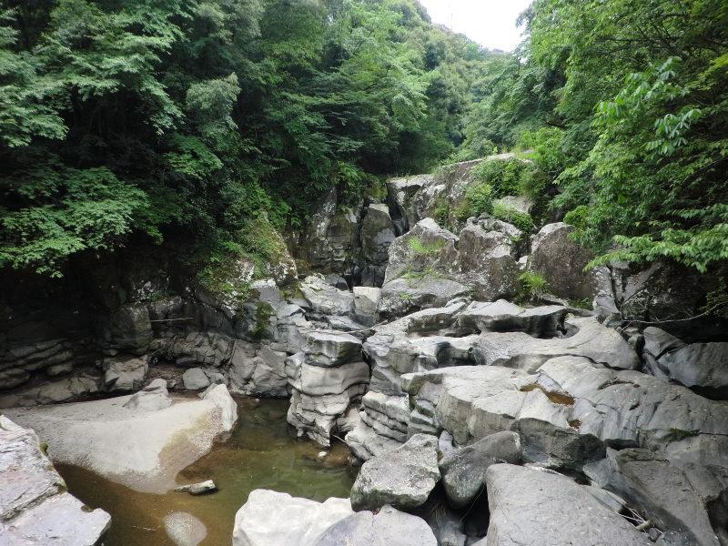 財部町溝ノ口川にある三連轟と名のついた滝。大きく空いた甌穴はスケール満点