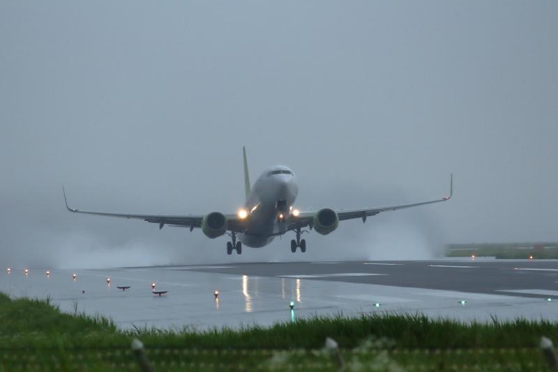 土砂降りの雨の中を東京に向かうソラシドエア機