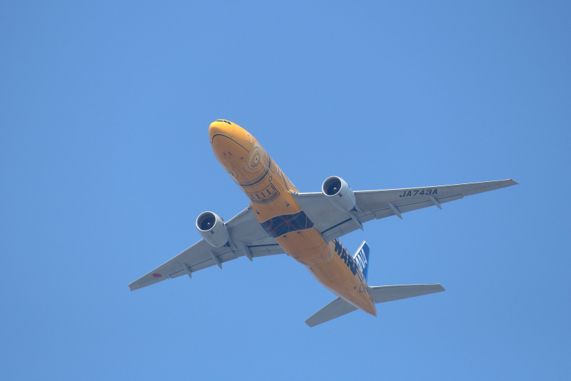 宮崎市街地上空に現れたB777スターウォーズ塗装機の写真
