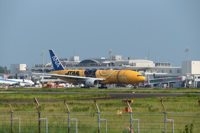 宮崎空港から東京に向かう準備のA777スターウォーズ塗装の飛行機