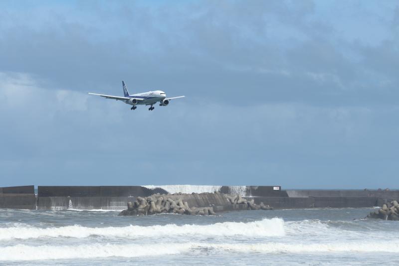宮崎空港に東側からアプローチするB777型飛行機貫禄あるな。
