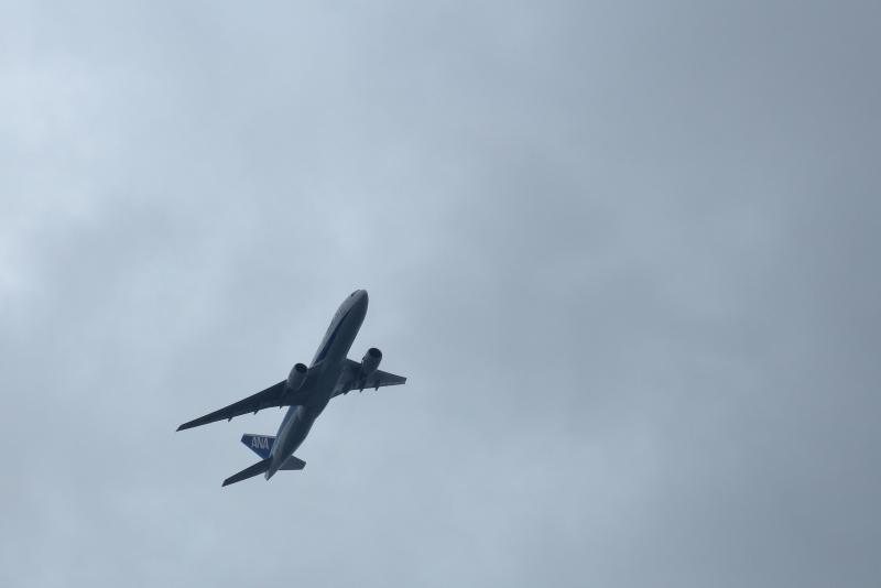台風10号の強風域のなか宮崎空港で運行するANAのB777型飛行機よありがとう。8月15日ANA610便が東京に向かった。