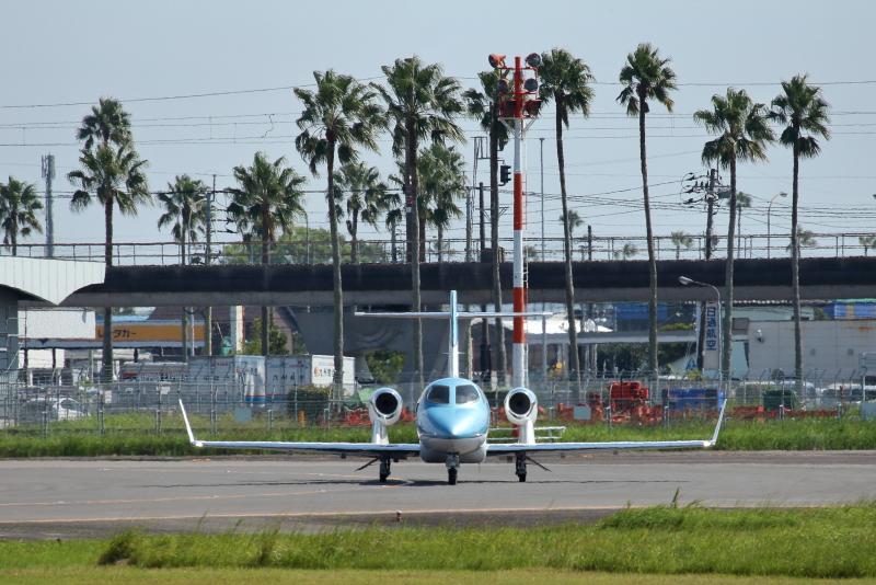 宮崎空港にやって来た主翼にエンジンを載せたホンダジェット機