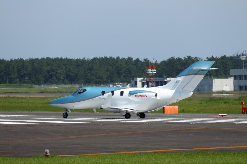 宮崎空港に来たホンダ製の飛行機は主翼にエンジンが付いている