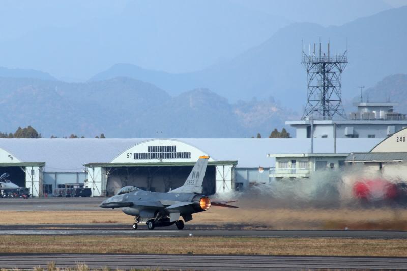 ニュータエアフェス2019でアクロバット飛行を披露したF16一機が帰りにもアクロバットを