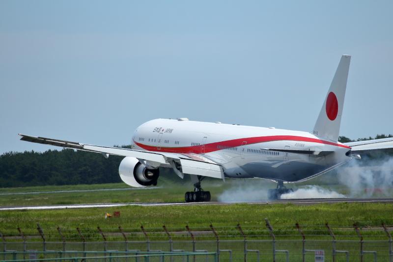 宮崎空港に現れた政府専用2番機が4回のタッチアンドゴーを行い引き返していった。